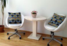 2 bequeme Sessel und kleines Tischchen im Coachingraum