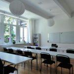 Seminarraum mit Tischen in Reihen aufgestellt